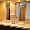 化粧台も設置した清潔感のある女性トイレ。